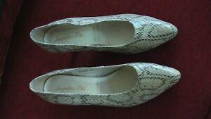 Chaussures femme. Jacqueline RIU. Pointure 38 Dessus cuir, semelle élastomère