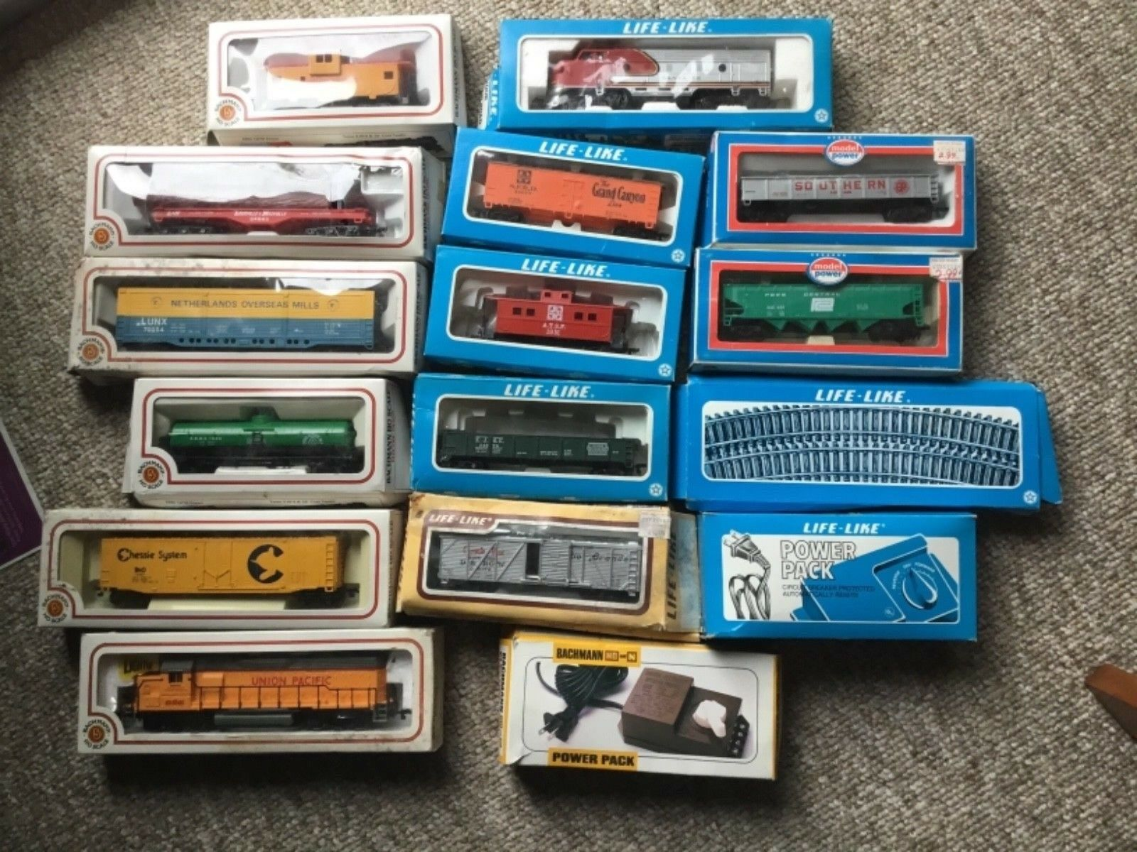Lot of Bachuomon, LifeLike, modellololo energia, Ho Scale, 2 engines, 11 autos, 2 p packs