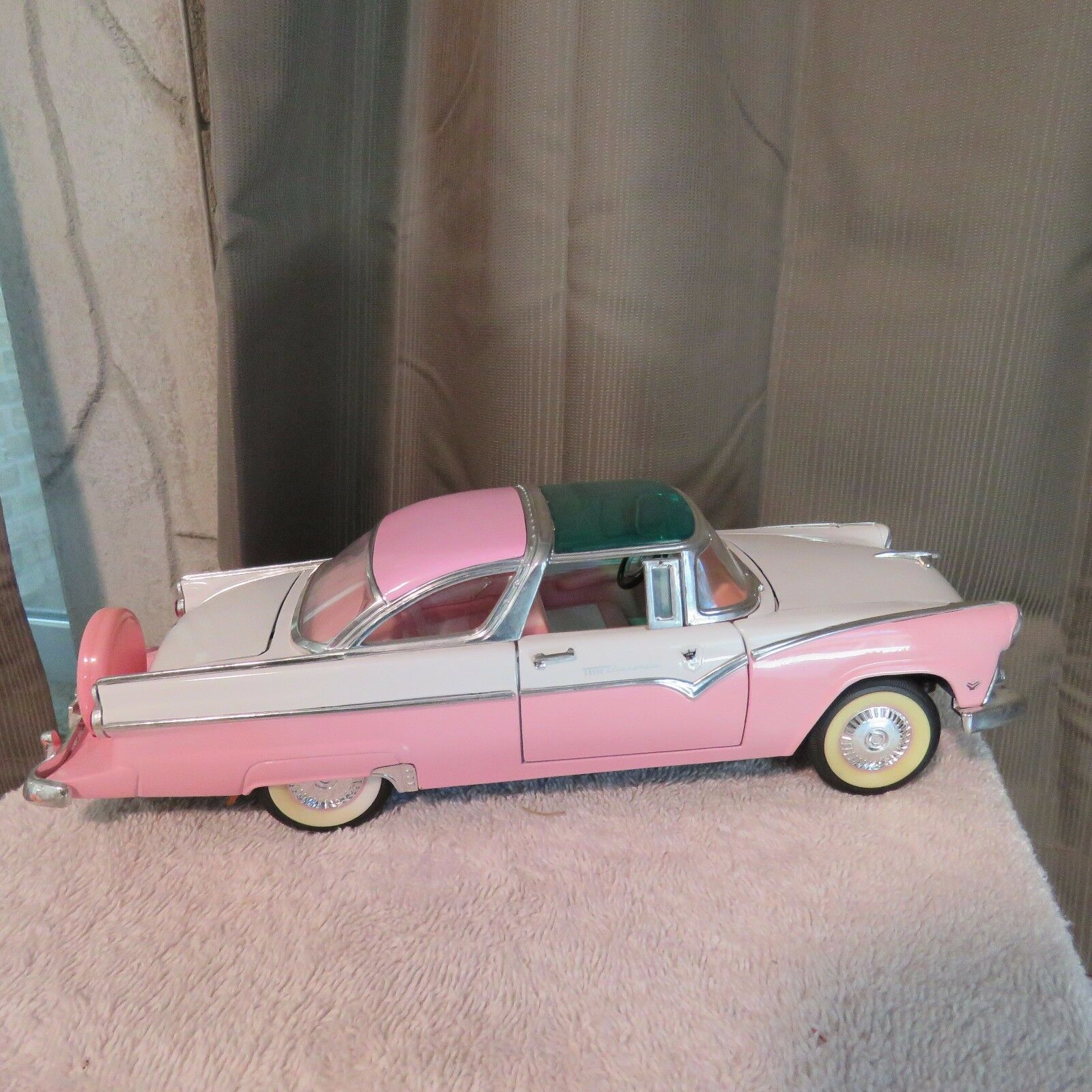 1955 FORD FAIRLANE CROWN VICTORIA ROAD TOUGH,1 18 SCALE DIE CAST,PINK WHITE