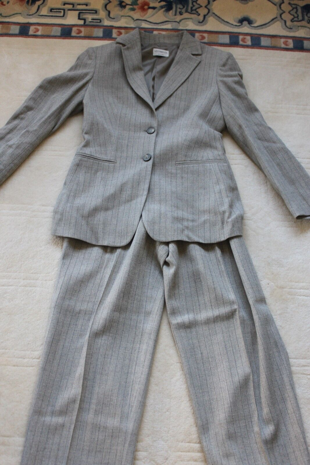 Made in  womens designer wool suit NWOT perfect condition  size 6 200.00