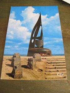 ancienne-carte-postale-CPSM-CPM-Ouistreham-le-monument-du-debarquement