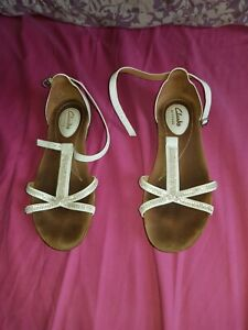 clarks-ladies-size-4-WHITE-strap-shoe-large-heel-sandals