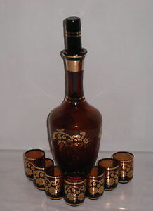 AMBER GLASS GOLD GILT DECANTER WITH TOPPER & 7 SHOT GLASSES