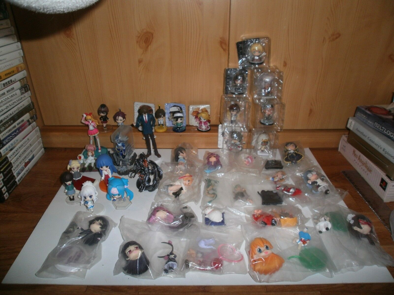 Lot de 40 Figurines (Gashapons, Keychains, etc...) diverses séries(23 neuves) L4