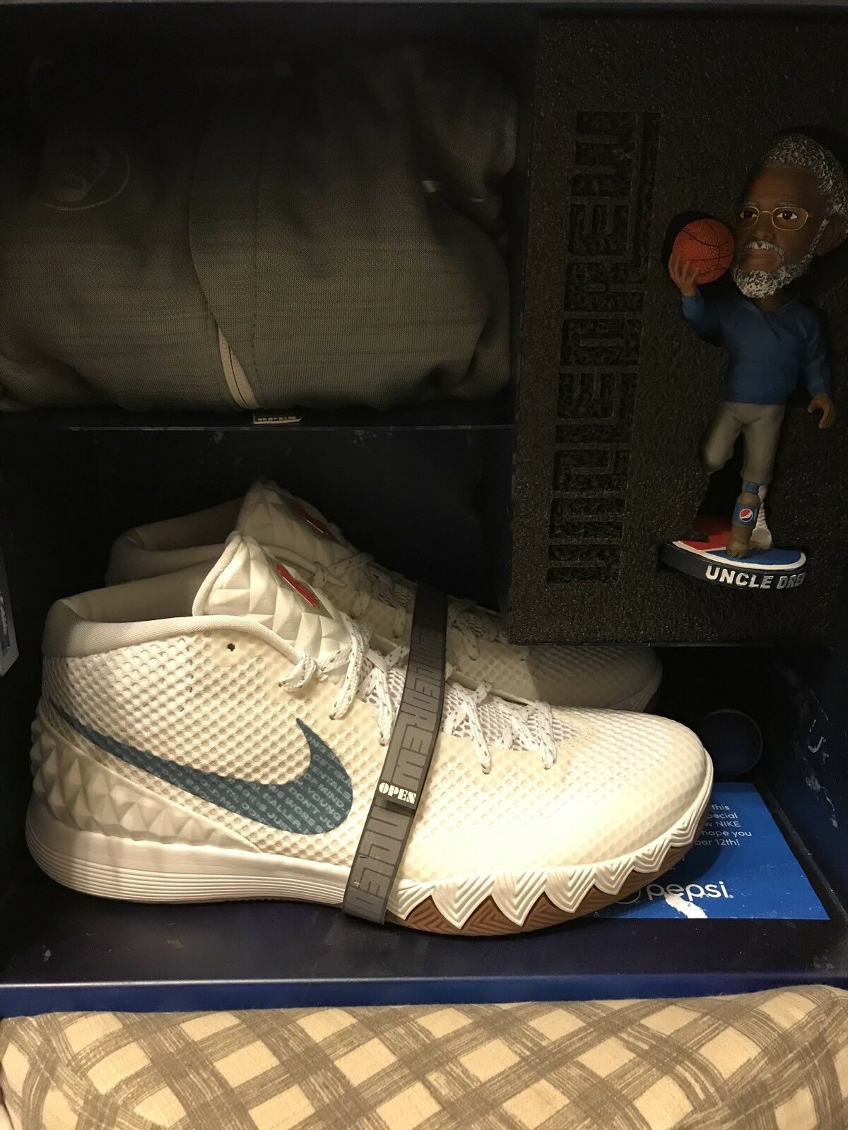 Uncle Drew Kyrie 1 Nike W/ Locker Friends & Family Pepsi Collectible Size 13 F&F