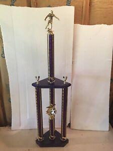 Belle Violet équipe De Football Trophy 3 Post Plus De 41 In (environ 104.14 Cm) De Hauteur Den, Man Cave-afficher Le Titre D'origine Prix Raisonnable