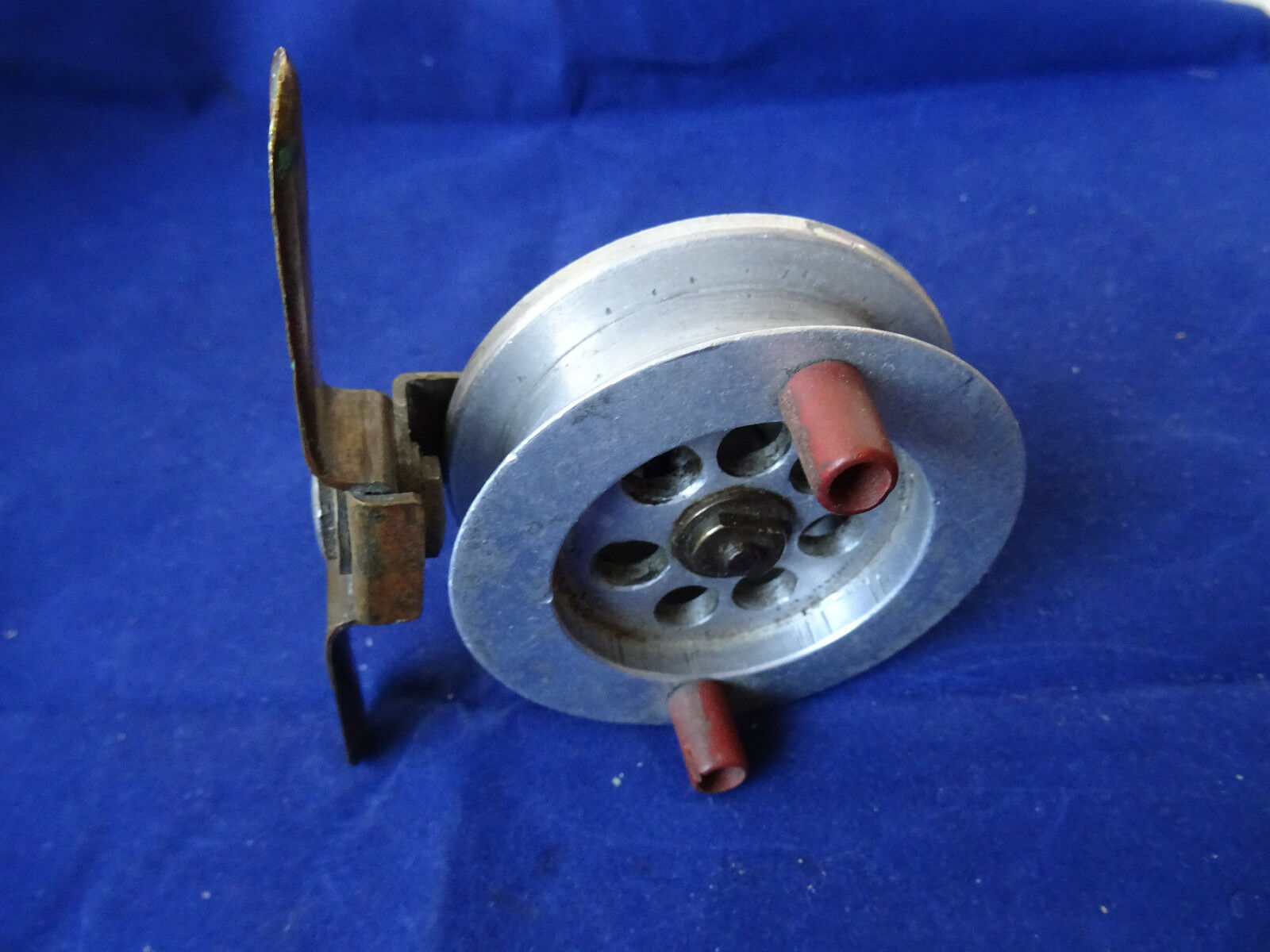 AN UNUSUAL VINTAGE  2 15 16  ALLOY SHEFFIELD PATTERN TURNTABLE CENTREPIN REEL