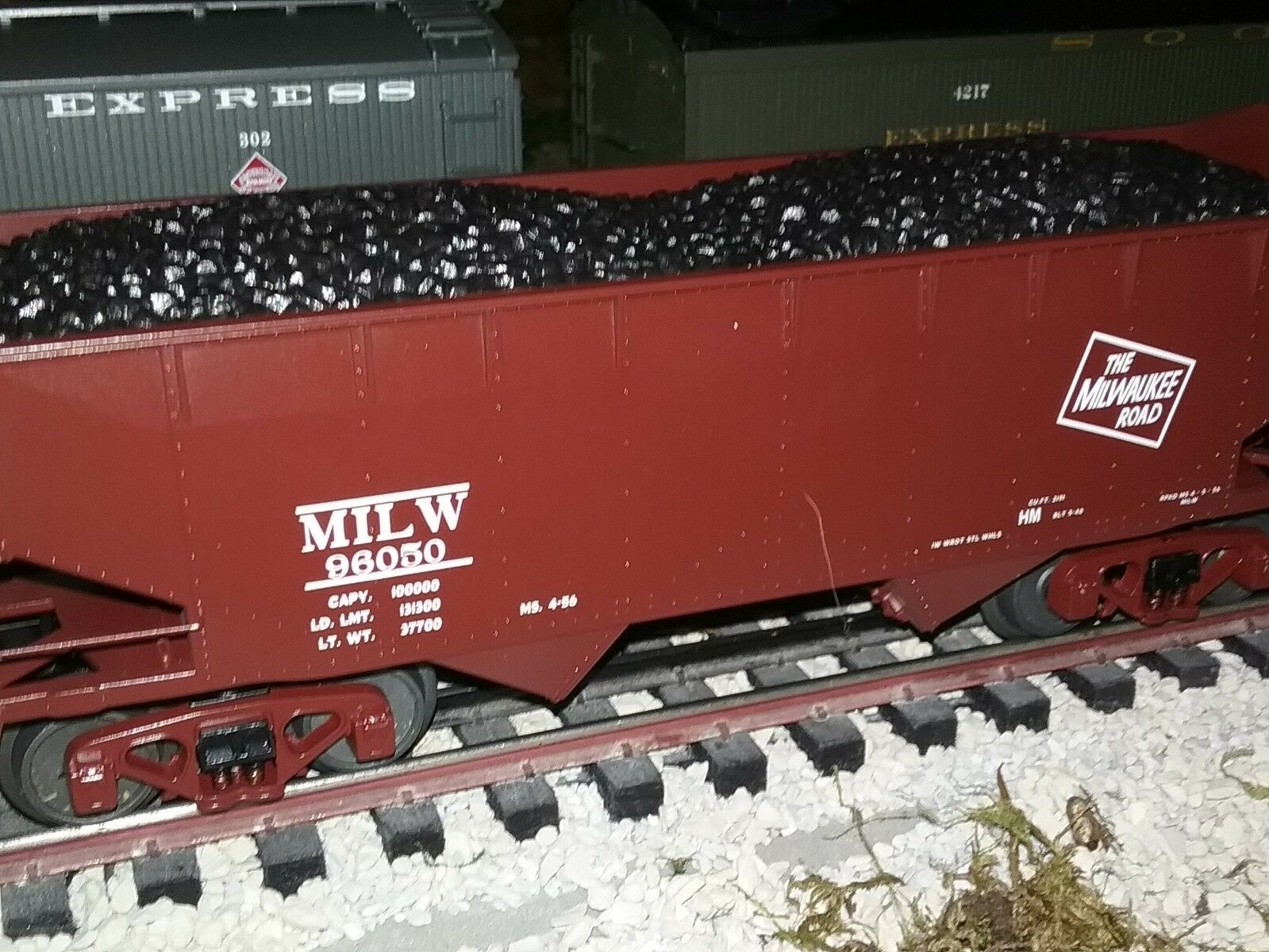 MTH PREMIER 20-97711  MILWAUKEE ROAD 2-BAY OFFSET HOPPER CAR W  COAL LOAD