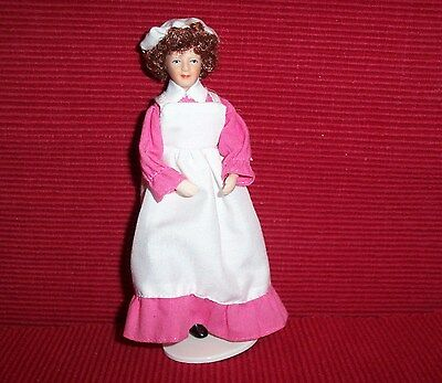 älteres  Dienstmädchen mit weißer Schürze und hübschem Häubchen - rosa -