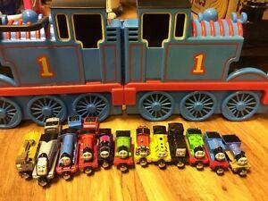 Thomas & Friends transportent leur valise avec une liasse de nouveaux moteurs expédiée en 24h