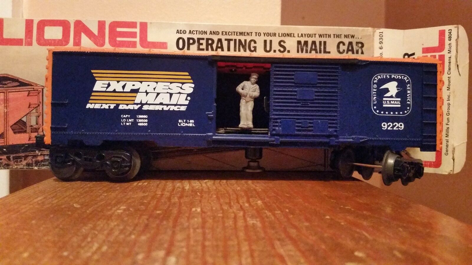 1985 Lionel Express Mail Operating Boxcar w Man & Mail Bag,  027,Mint