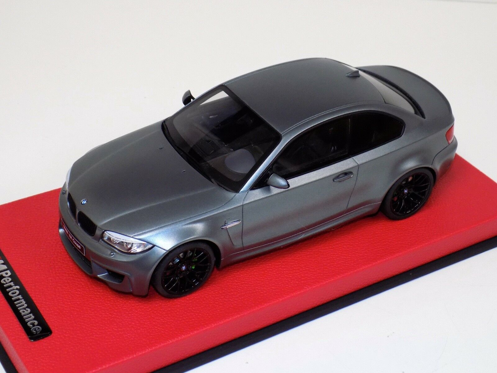 1  18 GT anda BMW M1 Coupe i fryst grå röd läderbas GT709