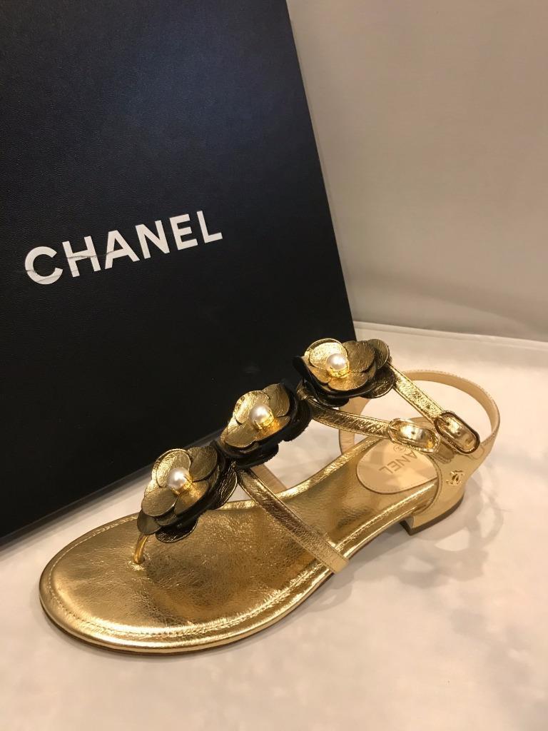 CHANAEL 17P Cuoio Metallico  Pearl Camellia Thong Sandals Heels Scarpe oro  950  edizione limitata
