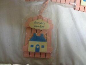 Brenda-039-s-Kueche-Pink-Holz-amp-Blue-House-Kuehlschrank-Magnete