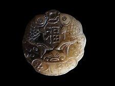 Älteres handgeschnitztes Amulett aus grüner brauner Jade China Asien