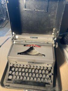 Vintage ROYAL Quiet De Luxe TYPEWRITER w/ Original Case - Working & Tested