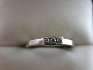 Lovely-18ct-White-Gold-3-Stone-Diamond-Ring-Very-Pretty
