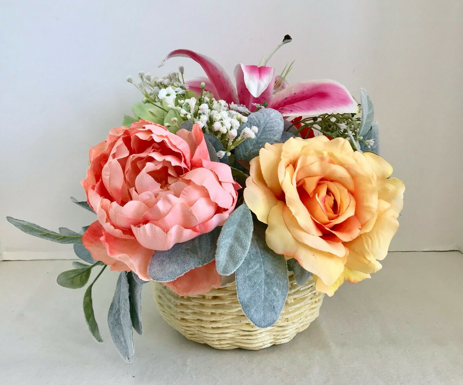 Floral Arrangement with Multi-ColGoldt Silk Flowers in a braun Ceramic Basket