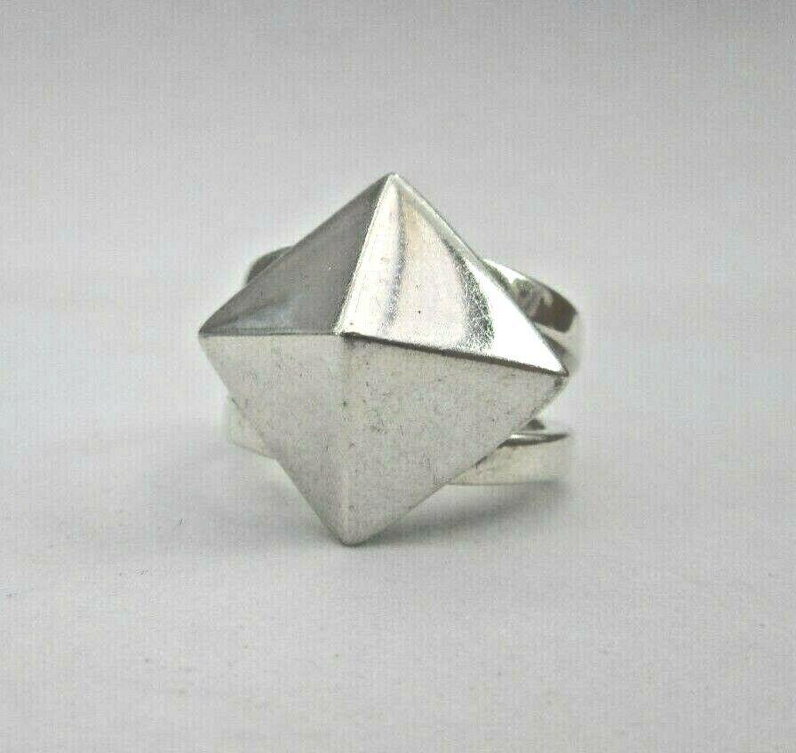 Modernist Anello argentoo argentoo argentoo Sterling Design a forma di piramide dimensioni Q. 7.7 G 7a96a7