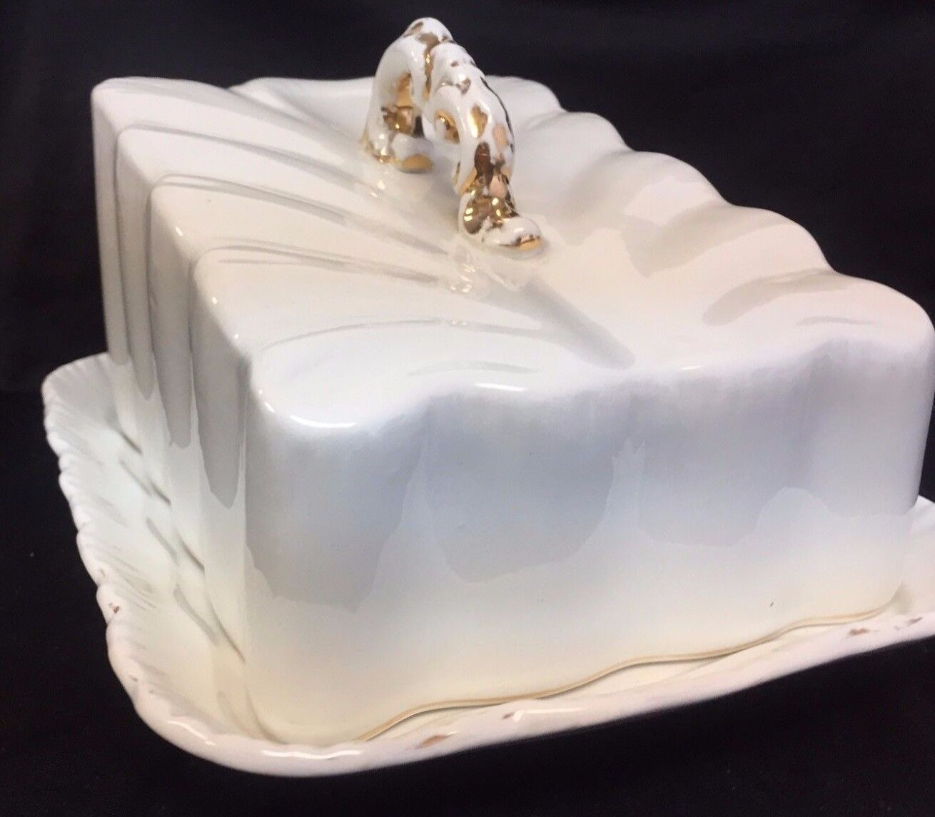 ANTIQUE  LARGE blanc PORCELAIN COVErouge CHEESE DISH