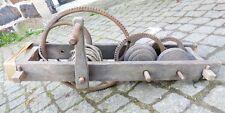 uralte Winde Flaschenzug Antrieb Holz Zahnräder aus Metall Holzzapfen um 1800