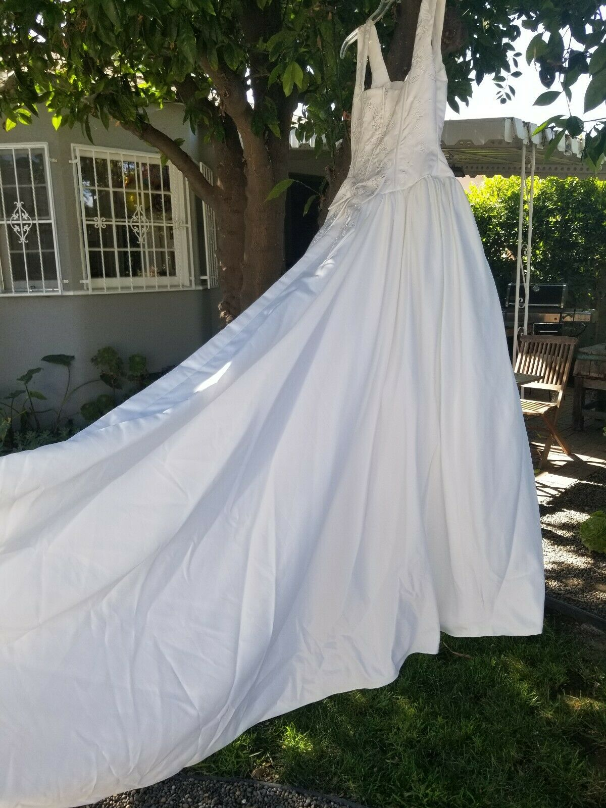 STUNNING White Embroidered Wedding Dress..gorgeous train and petticoat! Size 8