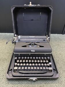 VINTAGE ROYAL QUIET DE LUXE BLACK DELUXE PORTABLE TYPEWRITER WITH CASE