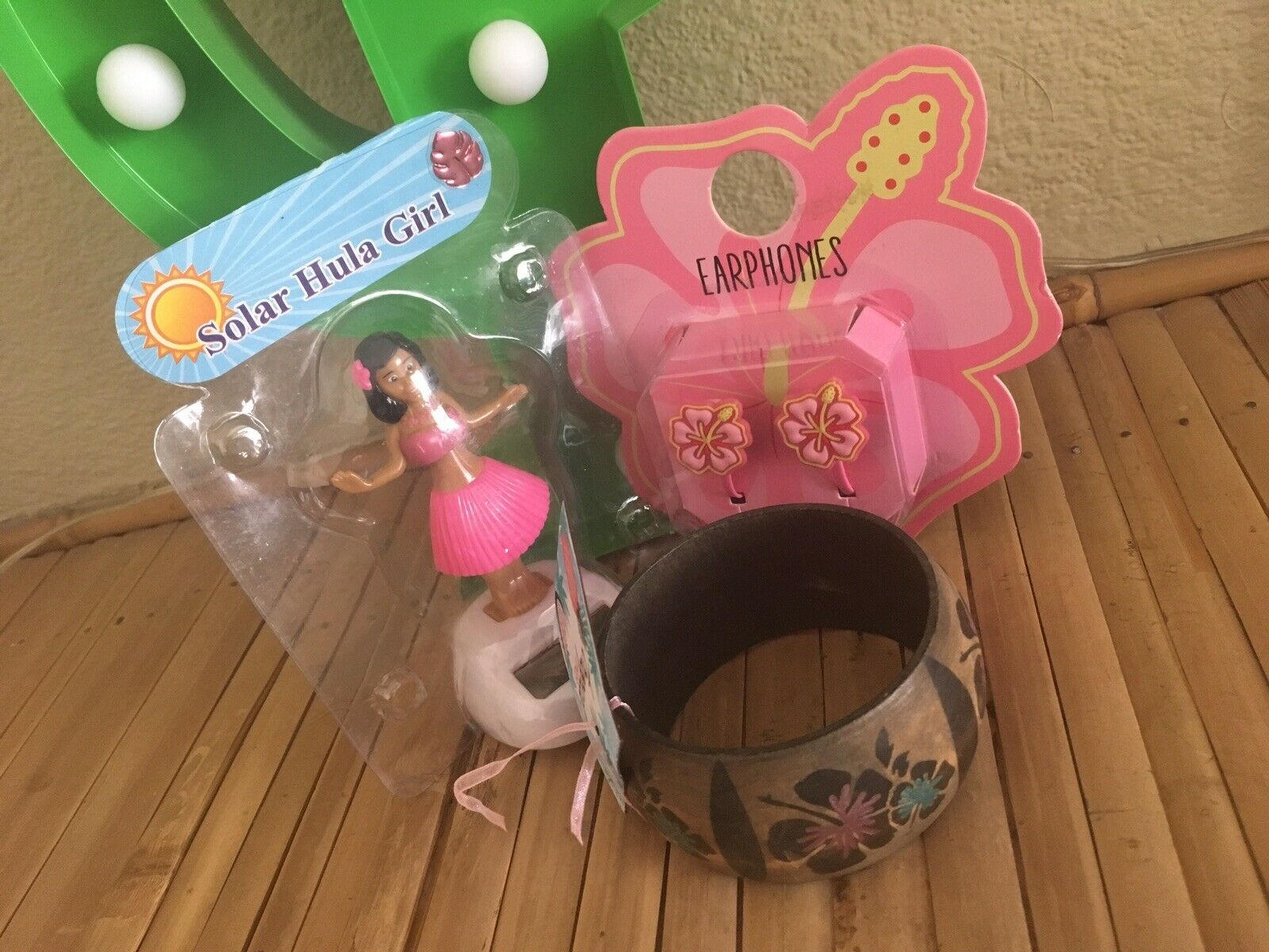 Hawaii 3Pc Gift Set Dancing Solar Hula Girl +Hibiscus Earphones +Wooden Bangle