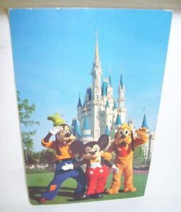 Vintage-Disney-World-Postcard-with-Goofy-Mickey-and-Pluto-in-front-of-Castle
