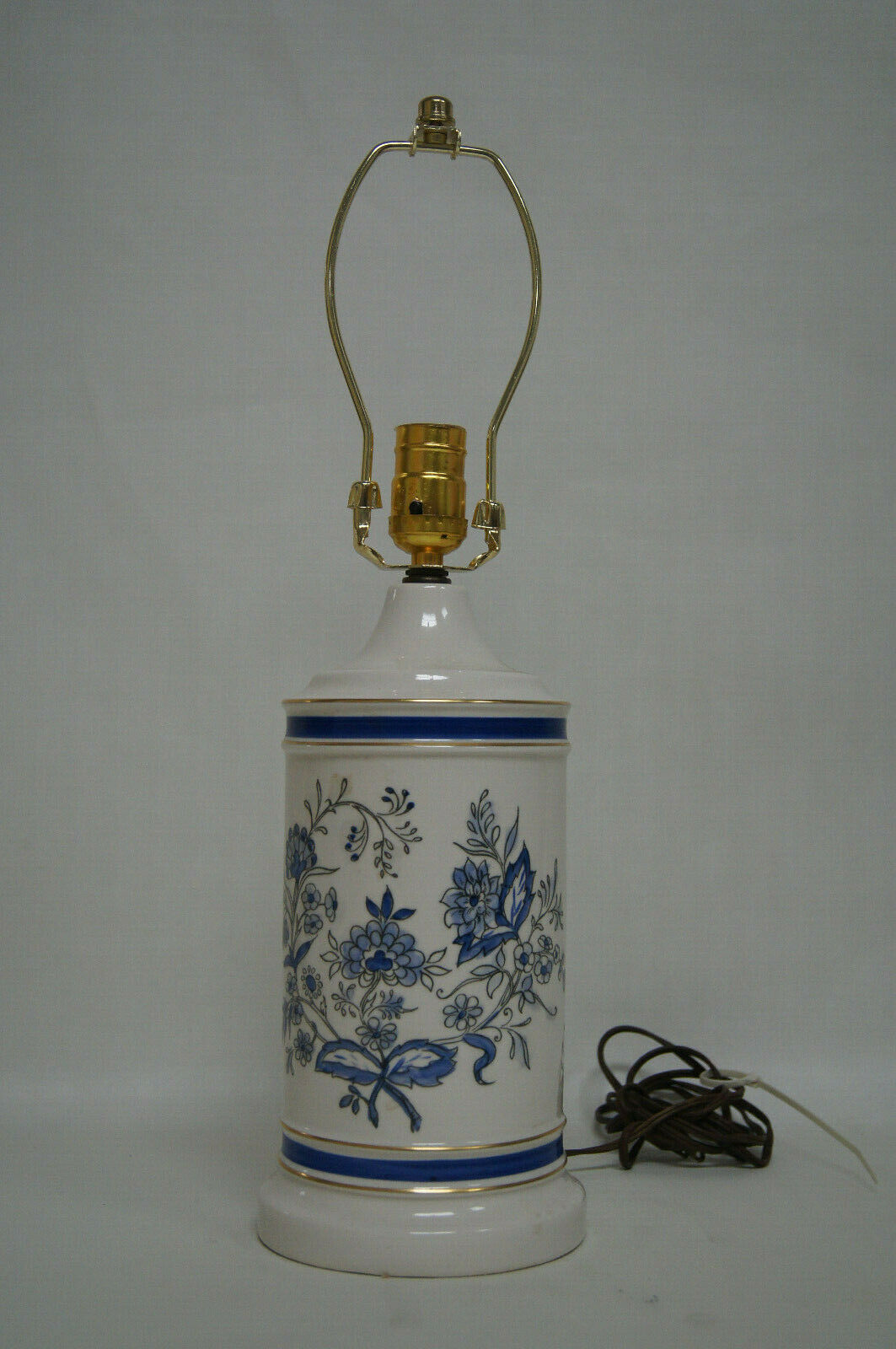 Beautiful Blau and Weiß porcelain table lamp with inlaid design