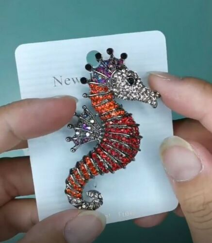 Broche épingle Poisson Hippocampe Strass Cristal rouge et orange.