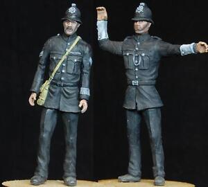 1-35-scale-model-kit-WW2-British-Policemen