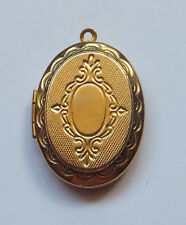 VINTAGE GOLD PLATED OVAL OPENING KEEPER LOCKET WITH EMBOSSED  DECORATION