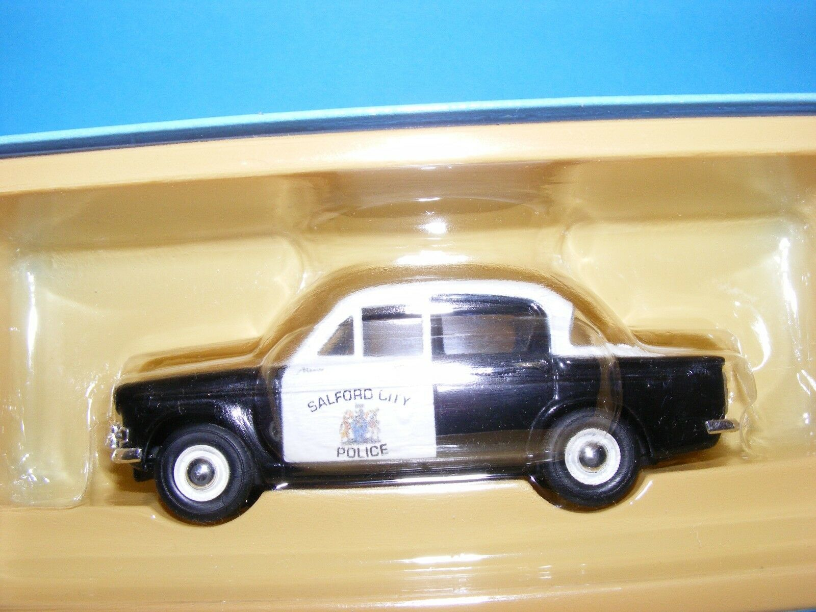Hillman Minx 1500 in Salford Police colours 1960's   RHD Vanguards 1 43 rd.Scale