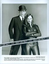 "RALPH FIENNES & UMA THURMAN ORIG. 1998 B&W 8x10 PRESS PHOTO ""THE AVENGERS"" #002"