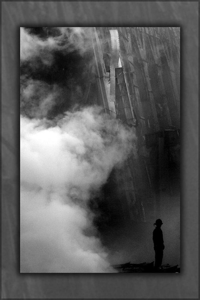 Plakat, Viele Größen; Solitary Feuerwehrmann Ständer Amid The Schutt Und