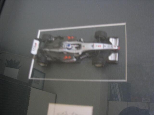 McLaren Mercedes MP4 16 16 16 2001 Mika Hakkinen + handtekening kaart in lijst cfde1f