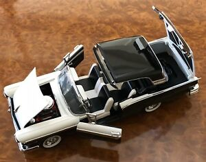 Franklin Mint 1:24 1957 Ford Fairlane Skyliner 500 2 tons