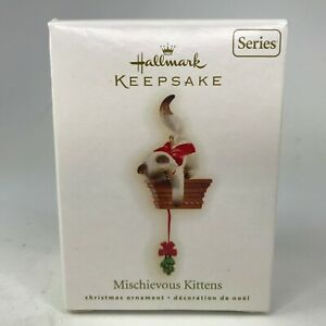 Hallmark-Ornament-Christmas-Mischievous-Kittens-Cat-Plays-with-Holly-2009-QX8115