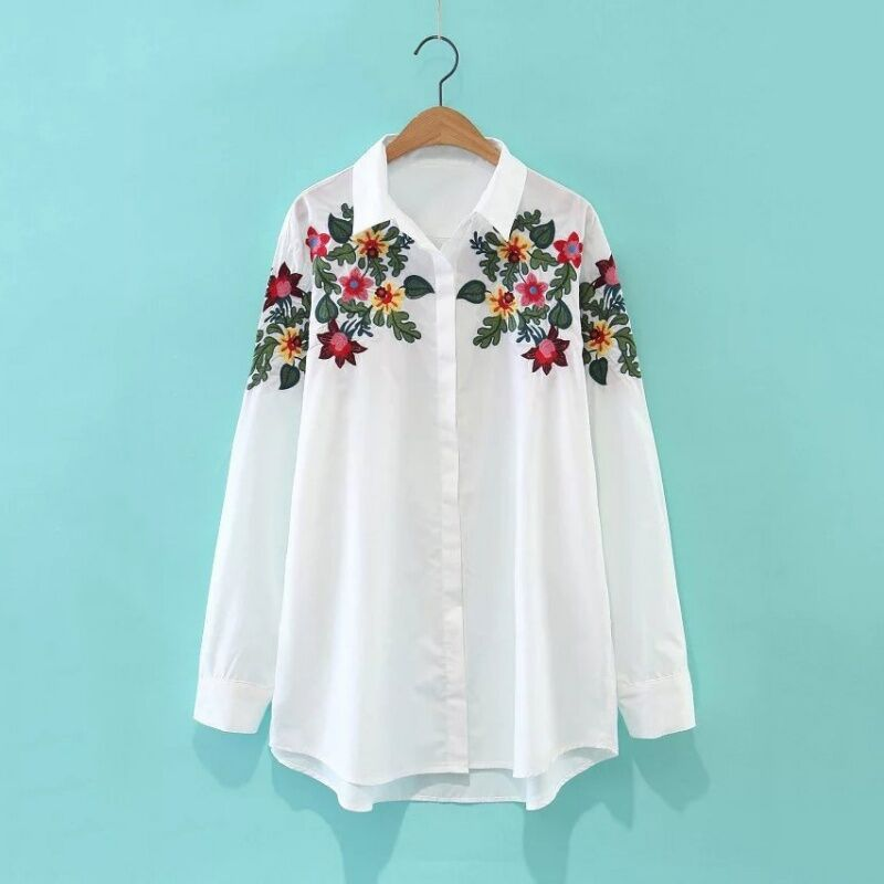 חולצה לבנה עם רקמה צבעונית עליונה