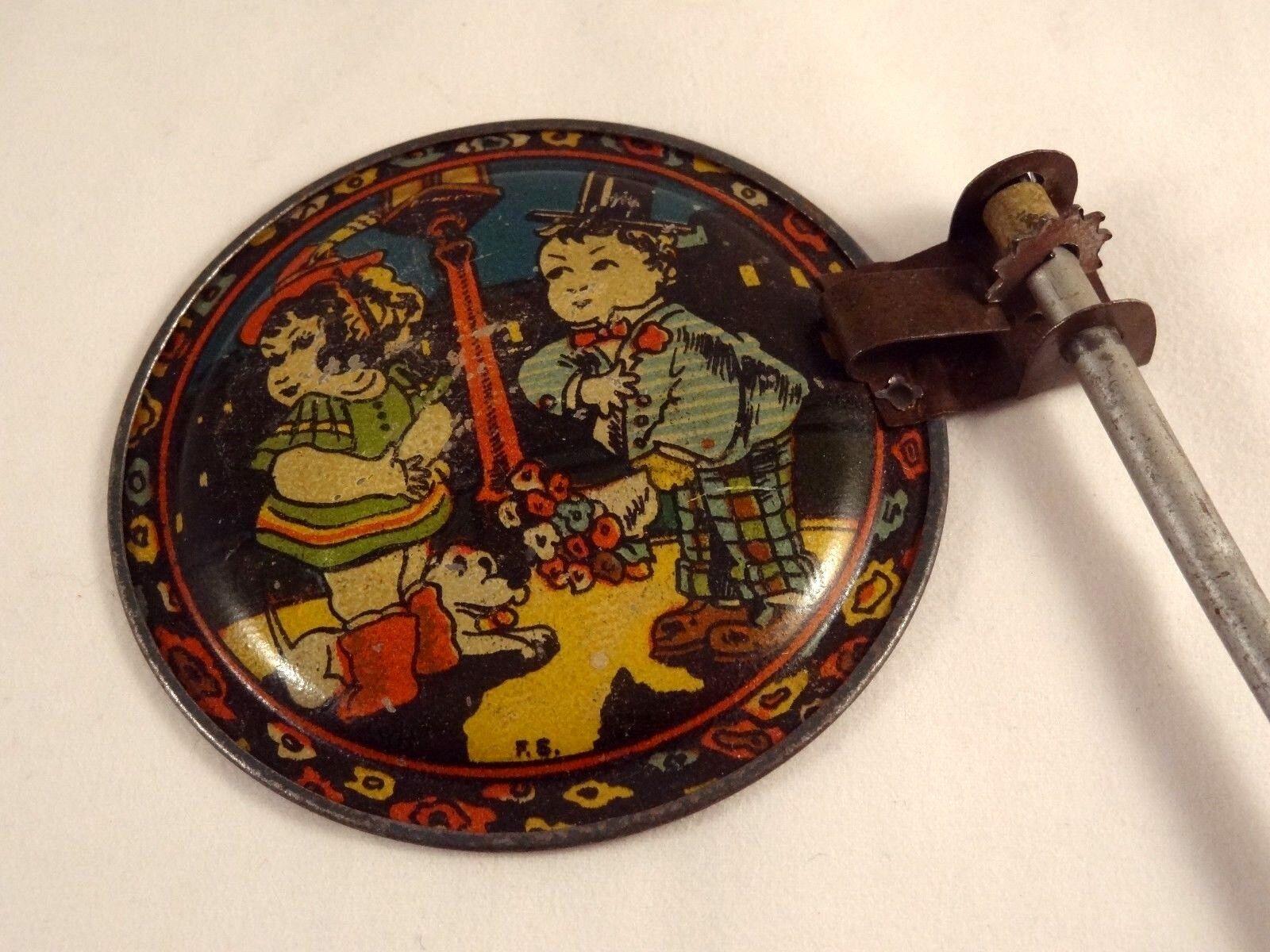Ancien jouet crécelle tôle couple couple couple enfants SFC Siro Ferrari Casalpusterlengo 1920 ab37e5
