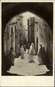 Tunis-Tunesien-Afrika-Africa-AK-1920-30-Strassenpartie-im-Araberviertel-Frauen