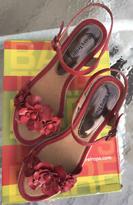 EUC BARE TRAPS WOMEN'S RED LEATHER BUCKLE WEDGE SANDALS. SIZE 7 1/2 M