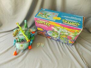 Véhicule de tortue de tortues Ninja chez les adolescentes mutantes avec leurs camarades de jeu