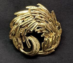 Vintage Gold Tone Wreath Brooch Circle Pin Ladies Costume Jewelry