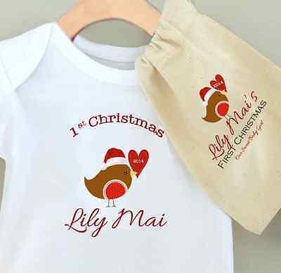 Baby's 1st Natale Personalizzata Baby Grow Bodysuit-bel Pettirosso-con Sacchetto Regalo-mostra Il Titolo Originale
