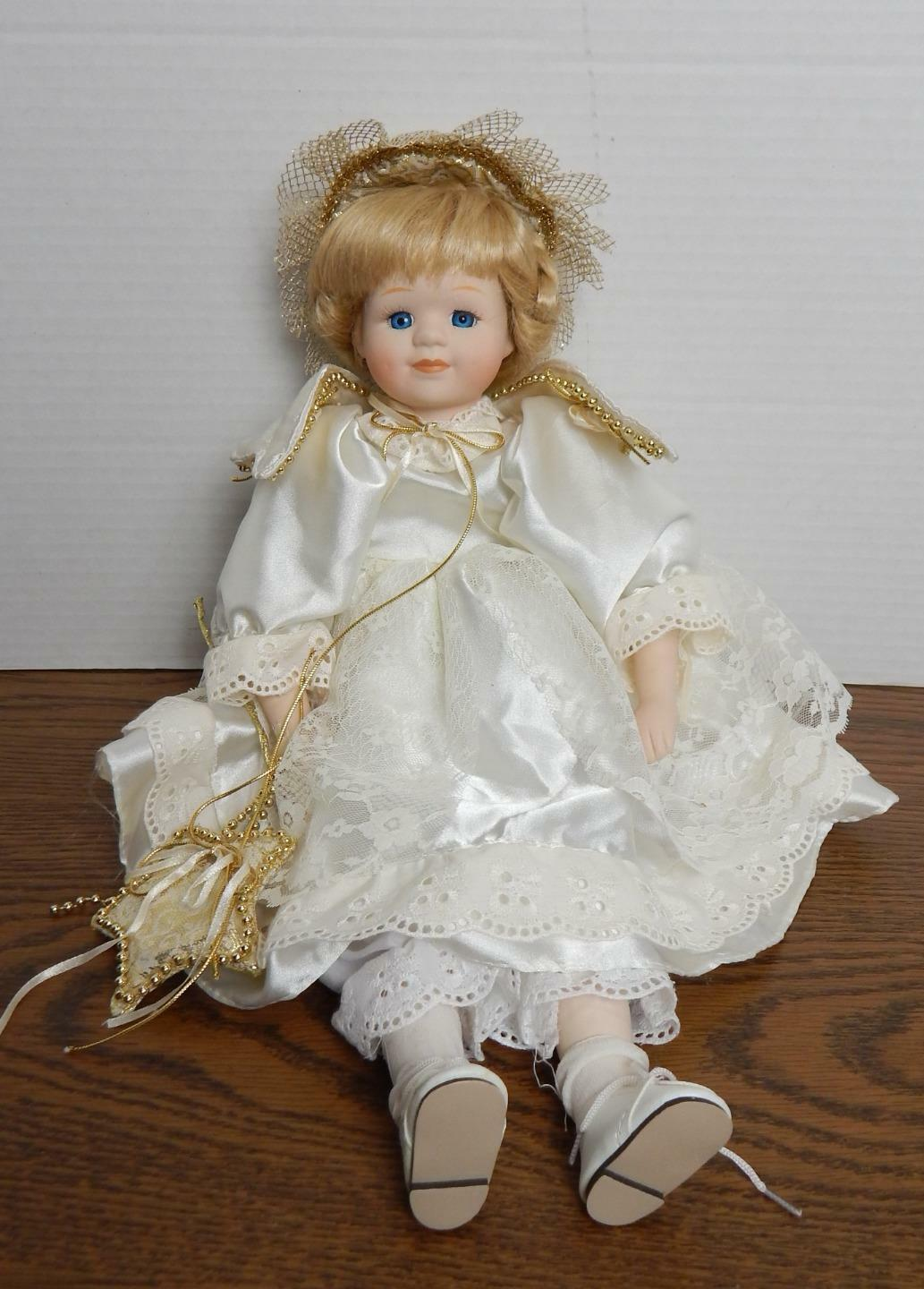 "18"" Porcelain Angel Doll with Gold Embellished Weiß Satin & Lace Dress EUC"