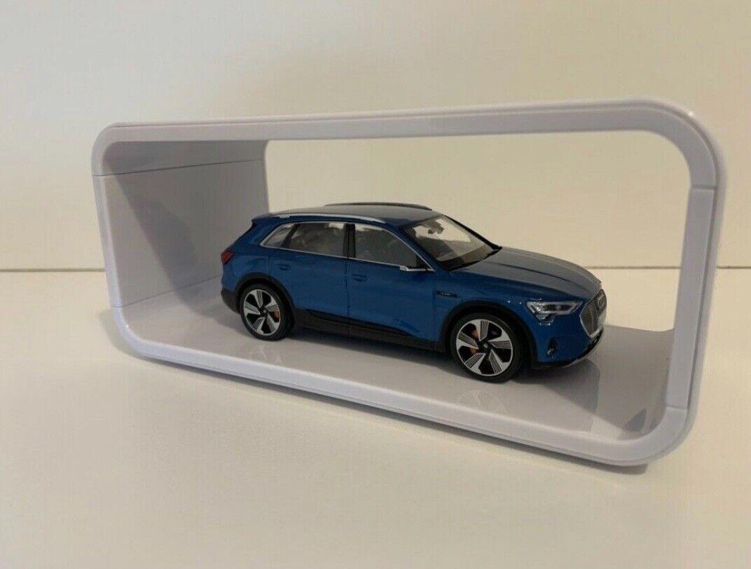 Audi e-tron 1 43 Sondermodell Antiguablau in Ausstellungsbox
