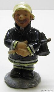 Figur-Feuerwehr-Mann-mit-Axt-Fimo-Massefigur