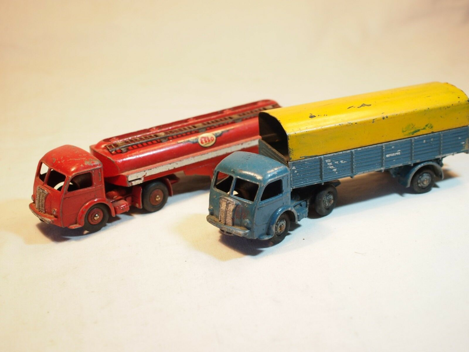 DINKY - lot de deux camions - tracteur Titan - tracteur Panhard citerne 32c
